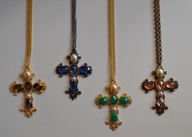 bia-moraes-colar-pingente-cruz-crucifixo-tendência-acessórios-blog-carola-duarte