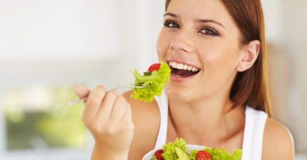 mulher-comendo-salada-mulher-saudavel-1386882374364_956x500