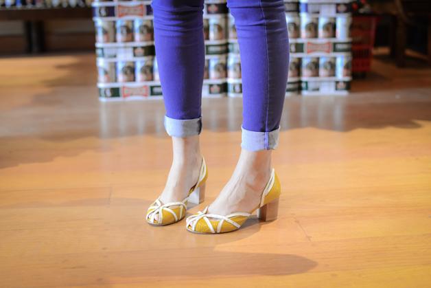 look-da-carola-calça-skinny-roxa-blusa-de-seda-branca-sapato-amarelo-maxi-brinco-canutilhos-bolsa-branca