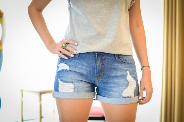 shorts-jeans-t-shirt-com-aplicação-d-pérolas-na-manga-customização-amarena-store-em-ribeirão-preto-blog-de-moda