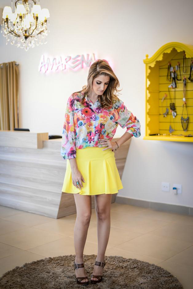 saia-amarela-com-camisa-floral-tecido-fluído-modelo-boneca-amarena-store-em-ribeirão-preto-blog-de-moda