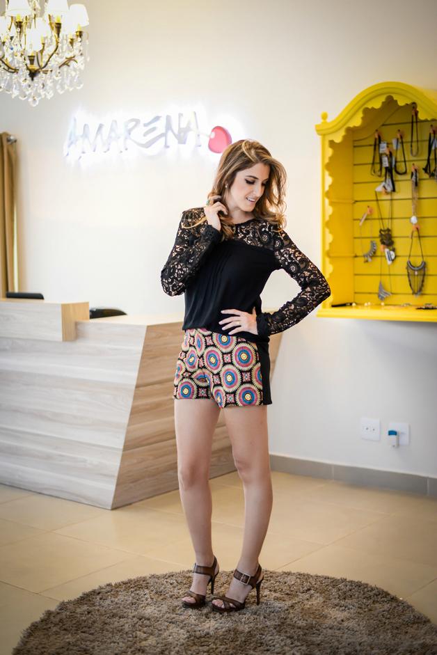 short-tecido-estampa-colorida-blusa-com-manga-guipir-preta-amarena-store-em-ribeirão-preto-blog-de-moda