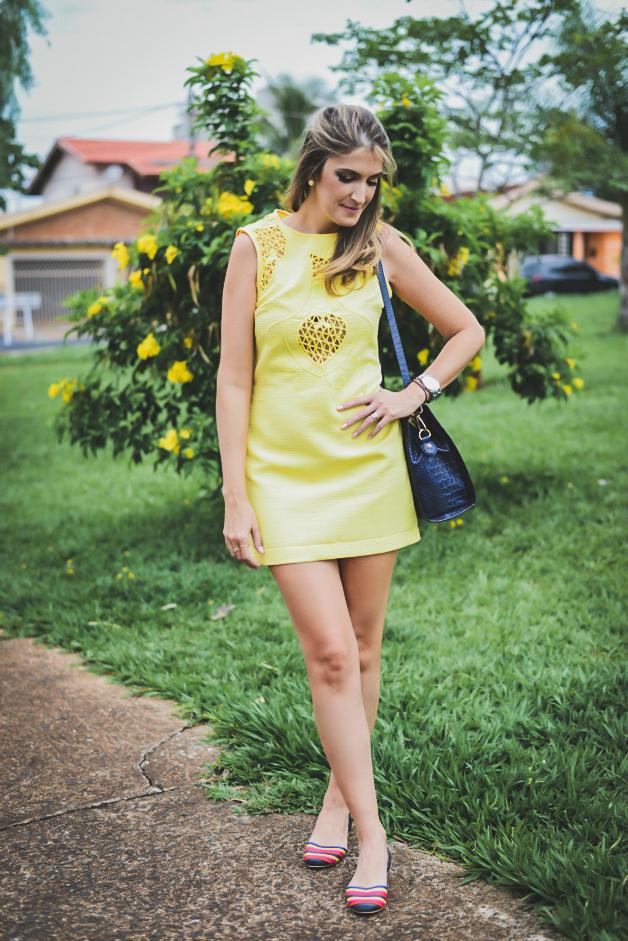 vestido-amarelo-com-sapatilha-colorida-blogueira-em-ribeirão-preto-carola-duarte