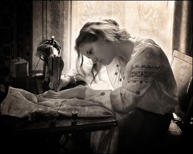 mulher-costurando