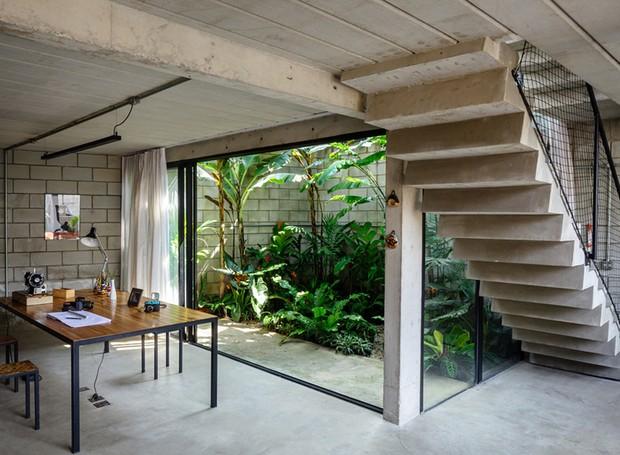 terra-e-tuma-casa-maracana-escritorio-jardim-escada
