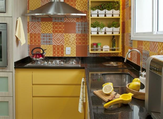 cozinha-amarela-azulejos