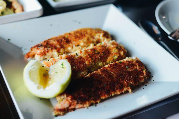 Camarões em crosta de pão e alho. Acompanha salada verde e risoto de limao siciliano.