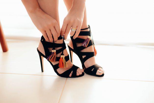 sandália-preta-amarração-amaro
