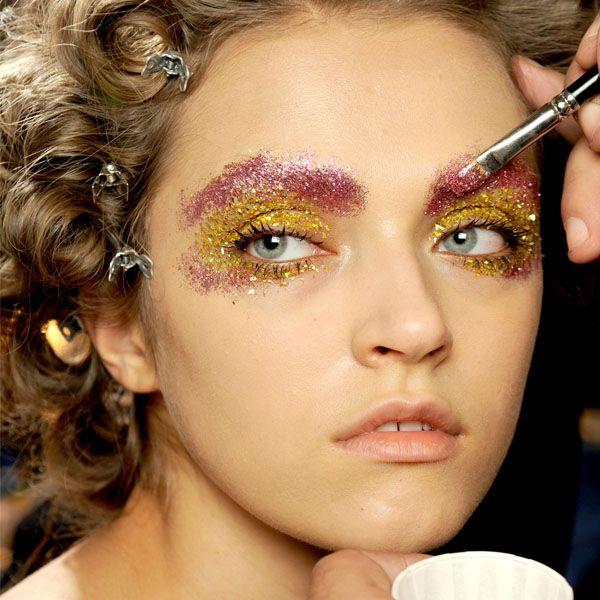 maquiagem com glitter rosa e amarelo para o carnaval