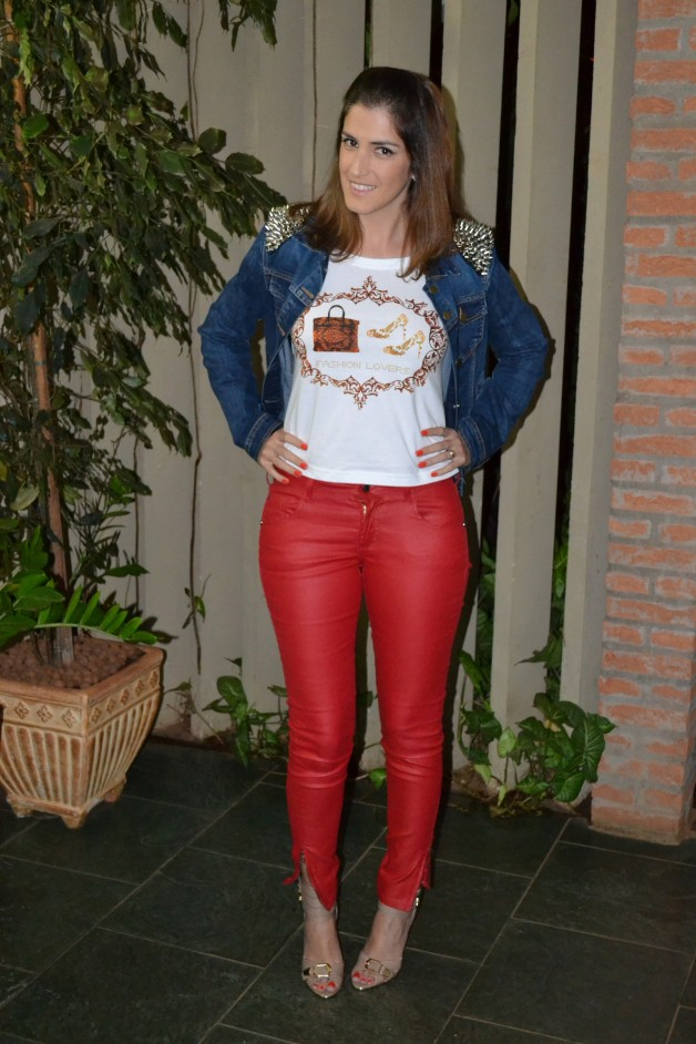 Look da Carola: t-shirt Fashion Lovers + calça vermelha + jaqueta spikes