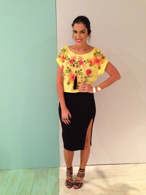 look-carola-duarte-spfw-blusa-cropped-amarela-croped-amarela-estampa-tropical-saia-lápis-saia-lápis-com-fenda-top-shop-blog-de-moda